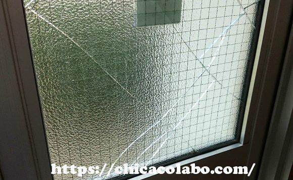 ひびが入った玄関のガラス戸