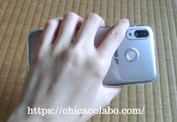 ZenFone Max M1をつかむ手